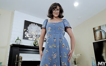 Nerdy stepmom around juicy boobs Penny Barber turned to be a hot teaser