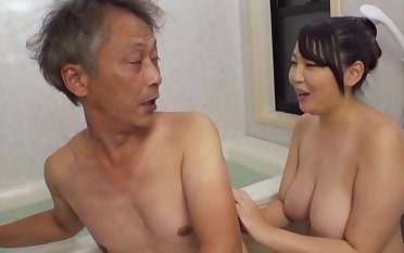 Curvaceous Asian Minazumi Hikari applies herself when pleasing an older man