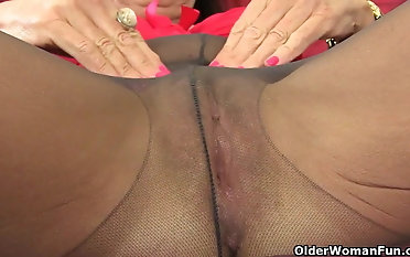 English gilf Josie finger drills her unshaved vag